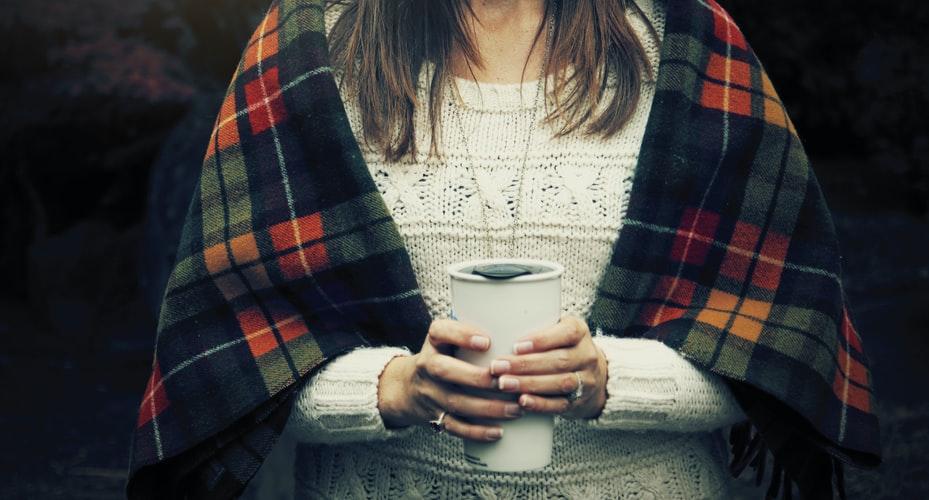 higiena snu w podróży - kawa i ciepły napój